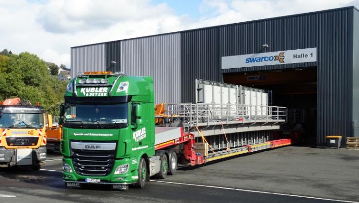 Abtransport einer fertigen Schilderbrücke mit LKW