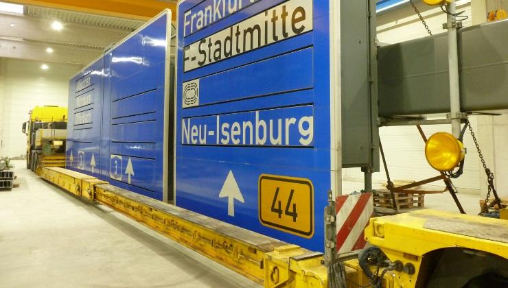 Abtransport einer fertigen Schilderbrücke aus der Montagehalle
