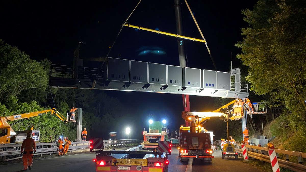 Montage eines Verkehrszeichenträgers bei Nacht
