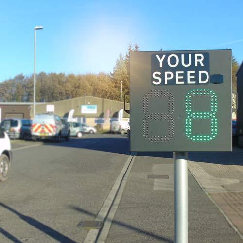 Erlaubt Ihnen die Positionen Ihrer Geschwindigkeitswarnzeichen häufig zu wechseln