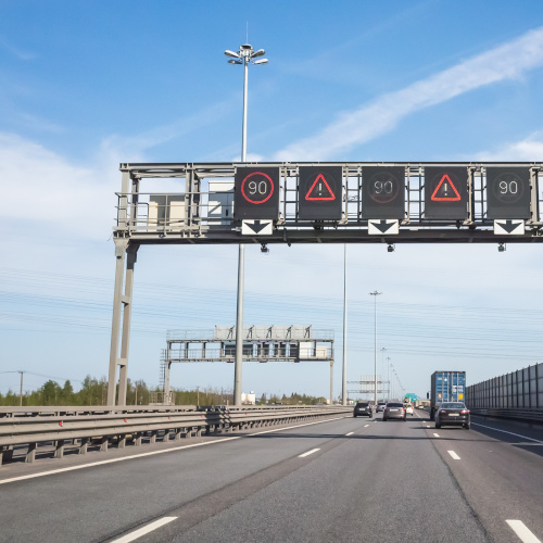 Digitala skyltar på motorvägar | SWARCO