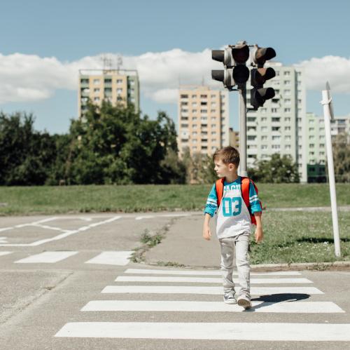 Schilder, die den Weg zur Schule sicherer machen